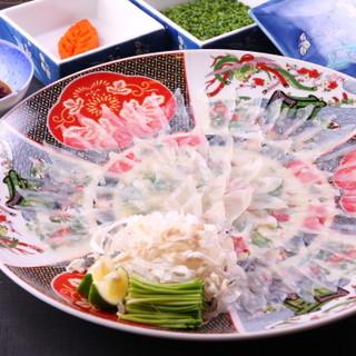 趣向を凝らした匠の一皿。美しい盛り付けもふぐ料理の醍醐味