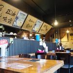 らぁ麺屋 大明神 - 内観写真:4名様掛けテーブル席×3