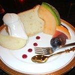カフェドローズ - 桃のシフォンケーキです。ケーキもおいしかったですけど、フルーツも甘くておいしかったです