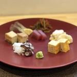 吉櫻 - おまかせ盛り合わせ(水たこ、まぐろ、はまち、厚揚げ、玉子、きんぴらゴボウ、お芋のサラダ)