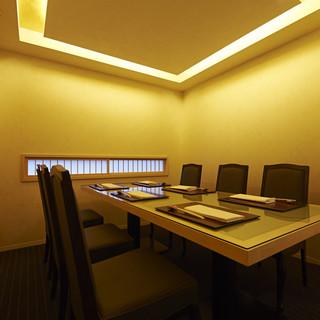 接待や記念日、お祝いの席にご利用いただける【完全個室】完備。