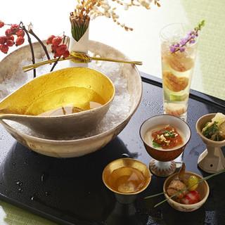 四季折々の旬食材をふんだんに使用した、コース料理を愉しむ。