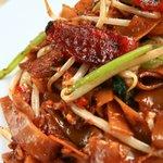 新東記 - シンガポールの庶民の味!屋台の焼きそば、チャークエティアオ。