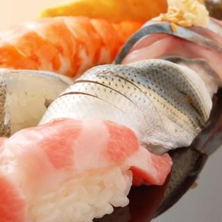 朝一番の築地で旬を厳選、信頼おける専門の仲買人から届く魚介類
