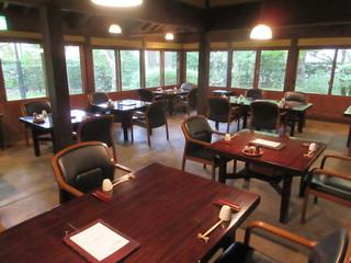 湯の岳庵 - ゆったりした空間の店内はテーブル席と個室が有ります♪