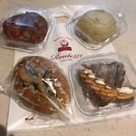 ROUTE271 - パン・コン・トマテ、甘辛牛ごぼう、クロワッサン・ア・ラ・クレーム、タイ風焼きそばパン、