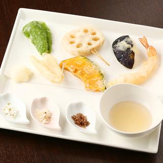 米粉を使い健康的で、触感、見た目共に楽しめる天ぷら。