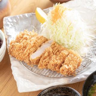 衣サクサクで肉厚が嬉しい♪宮古島で食べる、本格とんかつ専門店
