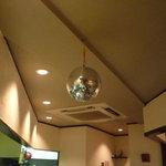 石垣島ゆんたく酒場 ゆい結 - なぜかミラーボールがあります