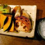 米蔵 - ヒマラヤ岩塩でいただく、五種の焼き野菜。かぼちゃは甘く、れんこんはもっちり