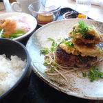 9559488 - ハンバーグステーキ、ポン酢ソース、マイタケとカボチャの天ぷら添え(ハンバーグランチ)