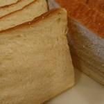 クリスベーカリー - スライスした角食パン。