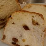 クリスベーカリー - ぶどうパンはレーズンやクルミが入ってます。