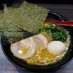 横浜家系ラーメン 戦国家 - 料理写真:【ラーメン しょうゆ + タマゴ】¥680 + ¥0(昼価格)