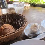 95597486 - パスタランチに付いてくるパンとホイップバター(食べ放題)