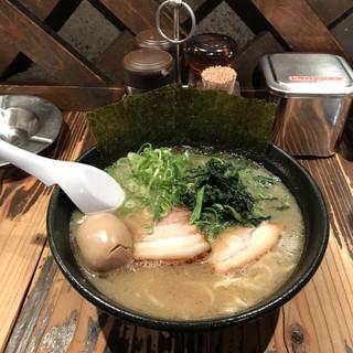 石川家 大宮店 - ラーメンに半熟煮玉子。 税込850円。 旨し。