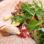 ワイン&お野菜バル ベジバル - 若鶏モモ肉とバジルとトマトのオーブン焼き