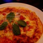 バー アップトゥーユー - 自家製トマトソースのマルゲリータピザ♪優しいトマトの味わいが人気です。