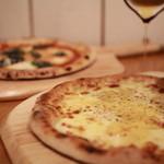 石窯ピザ&ダイニング LIBEROcafe - オープン当初から人気ナンバー1のクワトロフォルマッジ。ハチミツとの相性はクセになること間違いなしです。