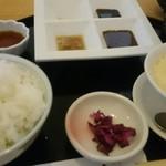 かつぜん - お膳には茶碗蒸しと4種のソースが。