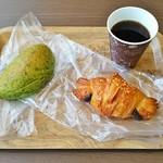 95635907 - コーヒー(180円+税)、クロワッサンショコラ(170円+税)、よもぎクリームパン(170円+税)