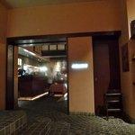 ピッツェリア・サバティーニ - 電波入る地下です。喫煙所はこのロビーにある。