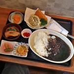 たく味 - 料理写真:黒カレーおまかせフライ付