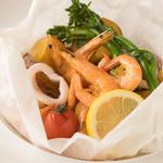 海老と魚介のスパイシー包み焼き