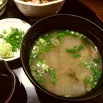 旬菜旬味 燈明 - 味噌汁、魚の出汁と具だくさん