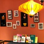 ニャーヴェトナム - カウンター席にはベトナムの写真や本を