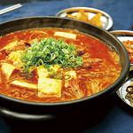 神戸クック ワールドビュッフェ - 『スンドゥプチゲ』 肉や野菜の旨味、味噌のコクがクセになる濃厚な辛旨スープ♪
