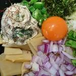 95675501 - 鯖ボール、オクラ、濃厚卵黄(頑固)、紫玉葱