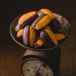 デカダンス ドュ ショコラ - 料理写真:しっとりふんわりマドレーヌに、独自のブレンドビターチョコレートをディップ。美味しいところを掛けあわせたマドレーヌは冬季限定です。¥250(税別)