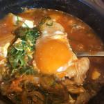 カルビ丼とスン豆腐専門店 韓丼  - 卵をつぶします