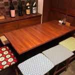 日本酒chintara 燻ト肉 - カウンターの奥は最大7名様が座れるテーブル席です