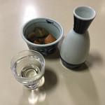 橋本屋 - 日本酒は超辛 小鉢は人参・蒟蒻・里芋の煮物