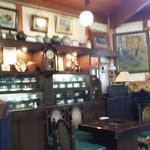 古処 - カップと陶磁器のディスプレイとピアノ