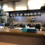 Chuukasobakaoru - 手前がカウンター。この左奥に厨房。厨房の方が広い。