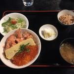 おおみや - サケとイクラの親子丼定食