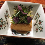 95707235 - ◆胡麻豆腐 香り野菜 絹ごし豆腐を胡麻豆腐風に。野菜の食感と香りがいい。 まわりがカリカリで、中はトロトロ。