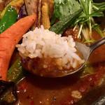 Rojiura Curry SAMURAI. - ご飯をちょっとずつスープカレーに浸して頂きます。