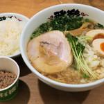 雅楽 - 燕三条系背脂煮干らーめん950円、サービスでライスと納豆