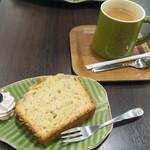 プラレールカフェ コテツ - バナナパウンドケーキ(530円)、ロイヤルミルクティー(530円-セットで100円引き)