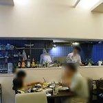 ジョティ - 左の厨房でシェフの調理する姿が眺められます