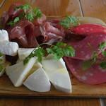 95729216 - 生ハムとサラミ&チーズの盛り合わせ