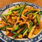 中国遊膳 匠 - 豚肉の細切りとニンニクの芽豆板醤炒め