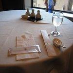 香虎 - 窓際のテーブル席