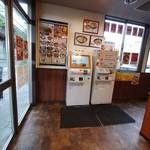 95744968 - お店入ってすぐ左手に券売機が2台あります。