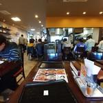 カルビ丼とスン豆腐専門店 韓丼 - 席から店内を見る。