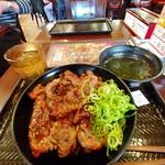 カルビ丼とスン豆腐専門店 韓丼 - 上カルビ丼(わかめスープ付) 880円(税込)。